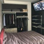 Camera letto con accessori armadio